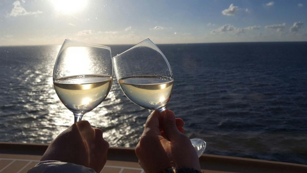 Auf eine tolle Kreuzfahrt: Mein Schiff Wohlfühloffiziere Kai und Jana stoßen an