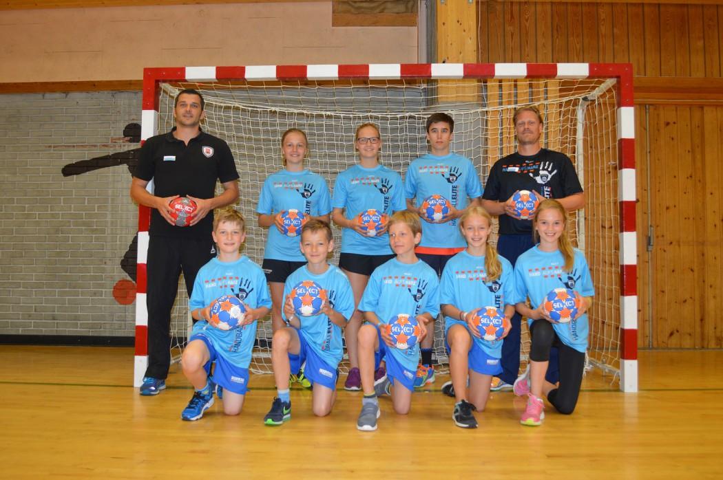 Die Kids und Teens des Handballcamps auf der Mein Schiff 5 mit ihren Trainern