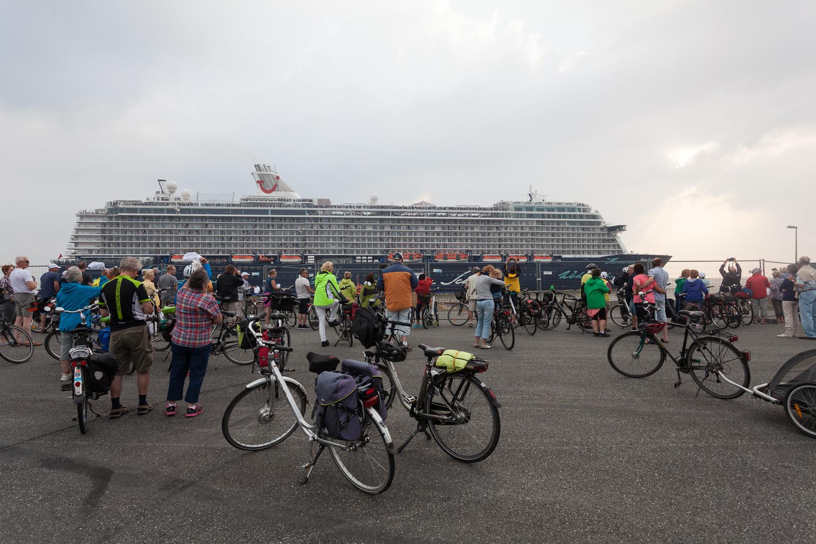 Zahlreiche schiffsbegeisterte Zaungäste begrüßen die Mein Schiff 5 in Bremerhaven