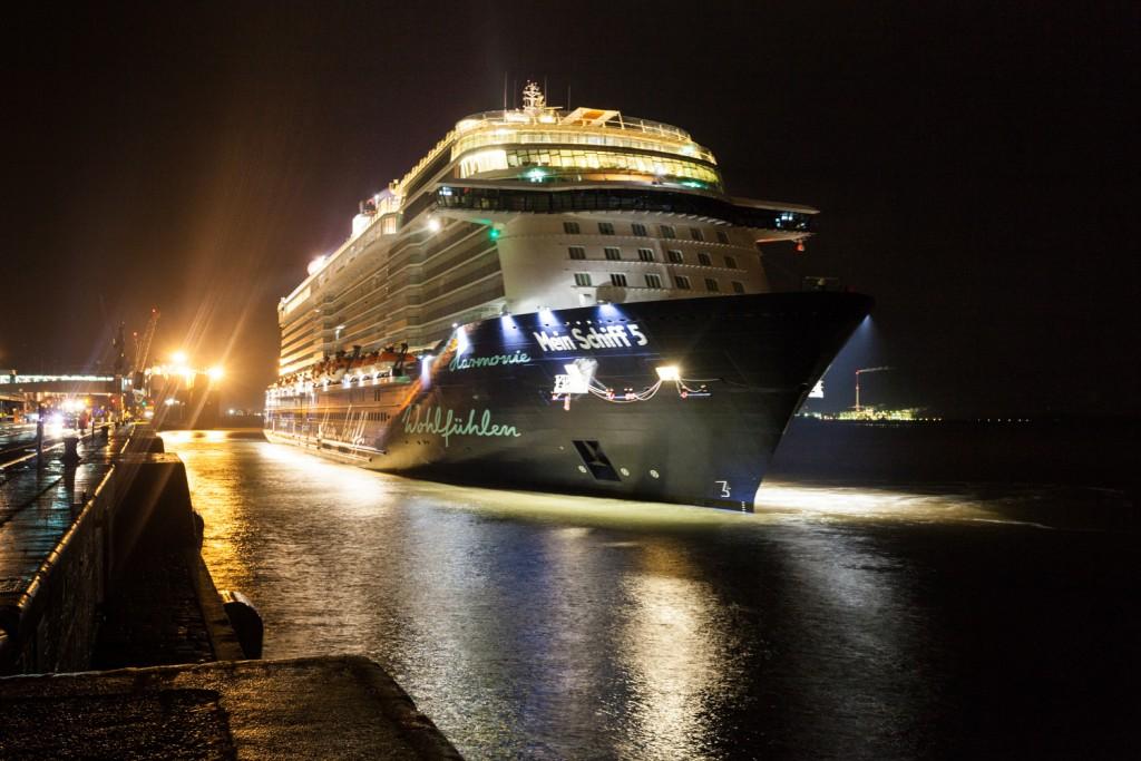 Die Mein Schiff 5 verlässt Bremerhaven Richtung Großbritannnien