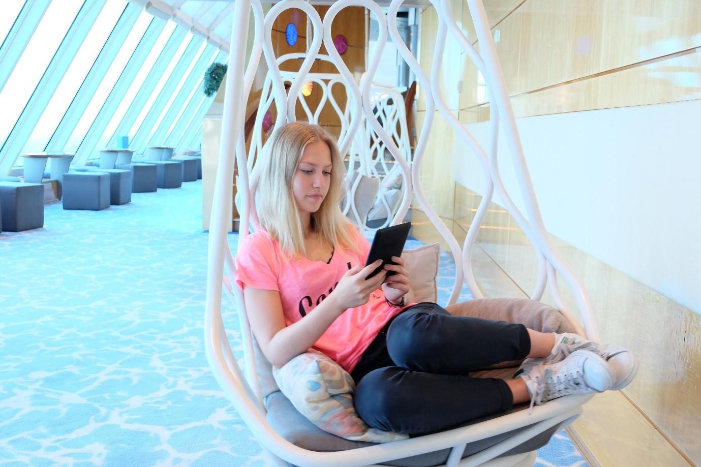 Entspannen in den schwebenden Liegestühlen auf der Mein Schiff 1