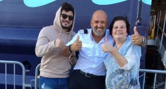 Gewinnerin Elke Erkens und Blogger Hogir Celikten freuen sich mit Cruise Director Stephan Zimmermann