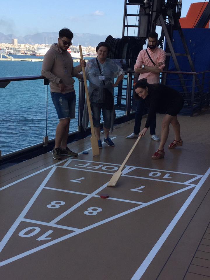 Typisch Kreuzfahrt: Shuffleboard spielen auf dem Außendeck