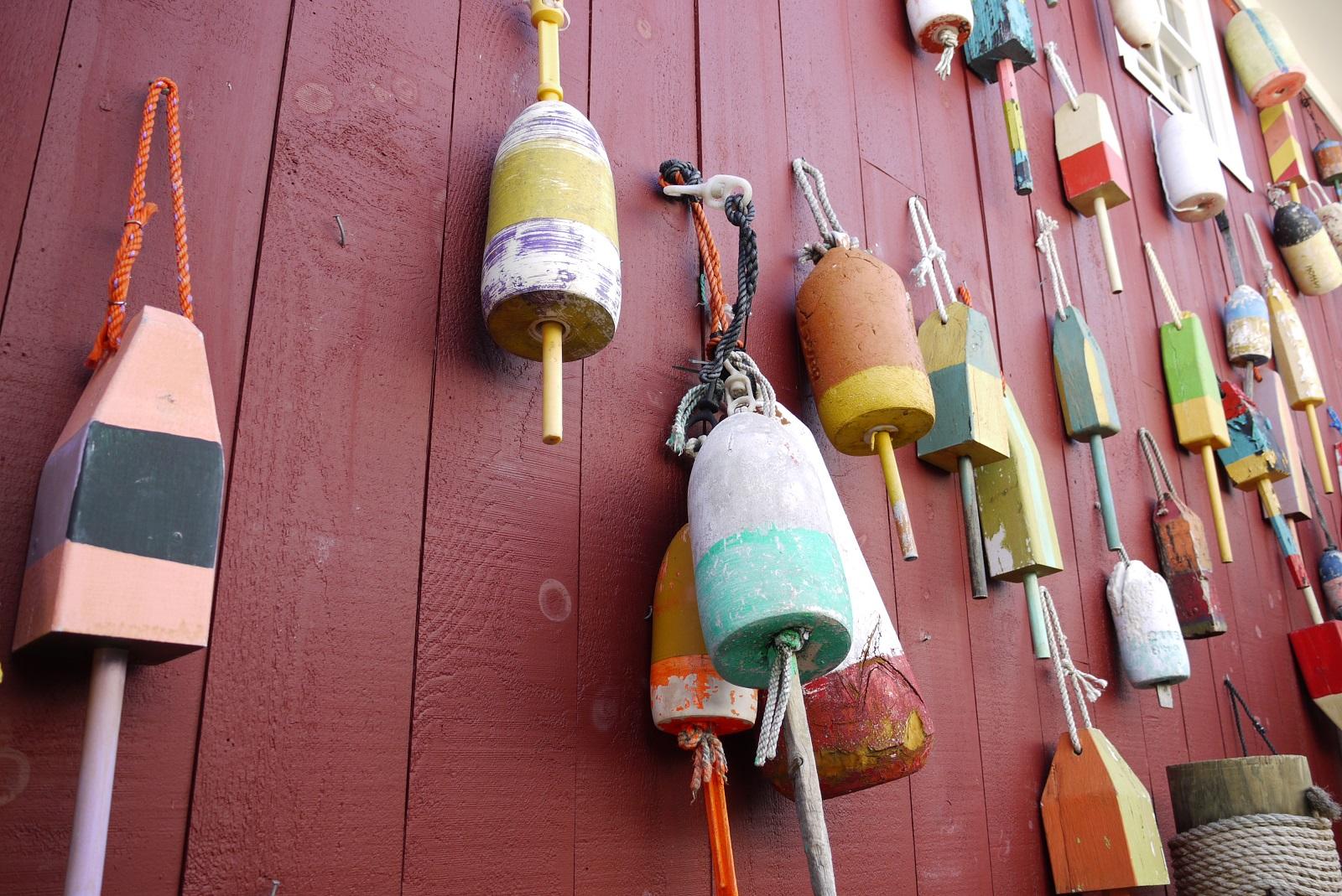Hummer-Bojen an einer Hausmauer in Bar Harbor (c) Stefanie Nake