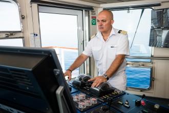 Mein Schiff Kapitän Yiannis Tsounakos auf der Brücke der Mein Schiff 2