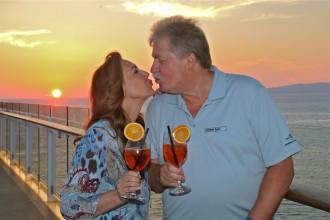Ilona und Klaus Baumgart beim Sonnenuntergang an Bord von Mein Schiff 3