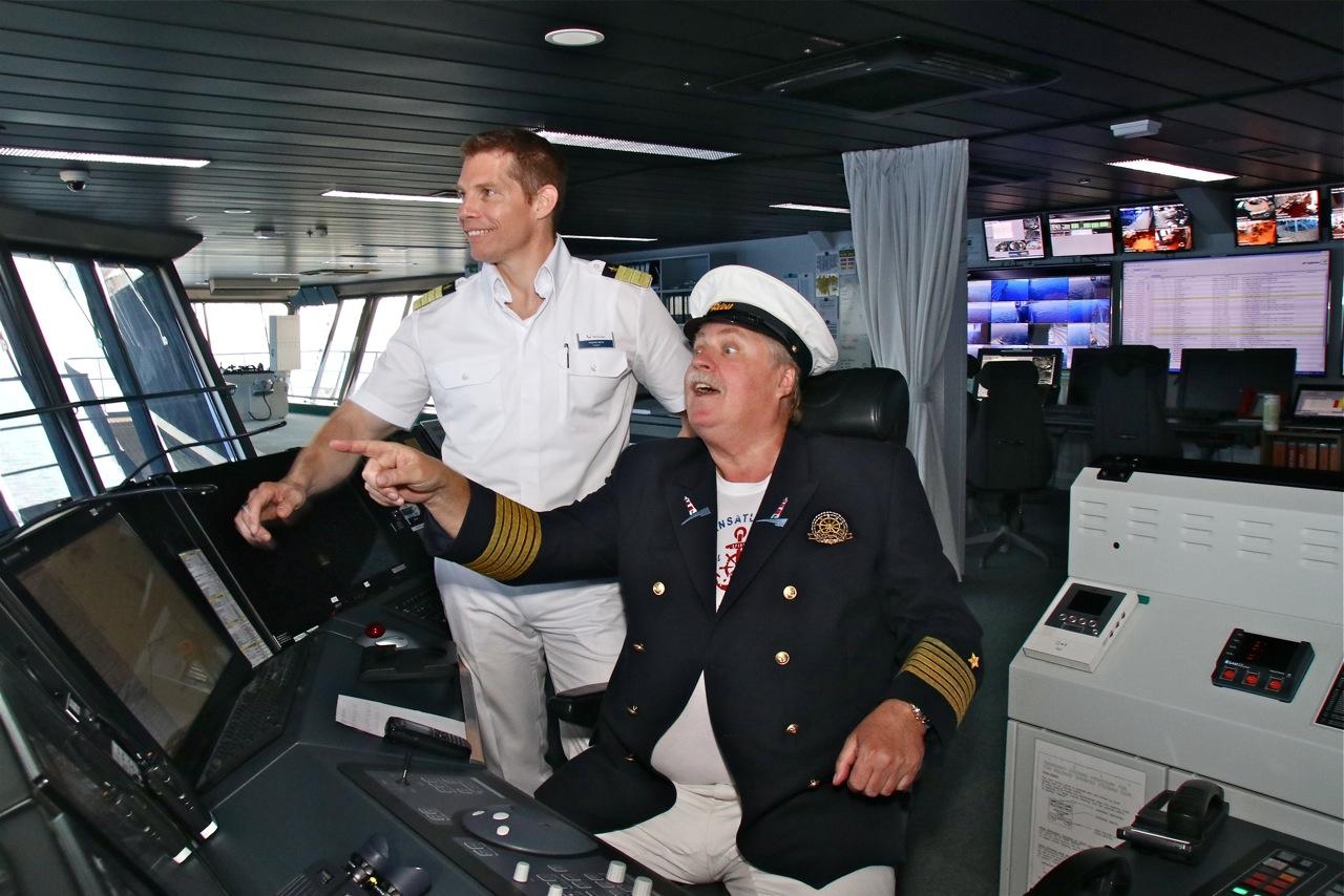 Klaus Baumgart mit seiner Auftrittsuniform auf der Brücke der Mein Schiff 3