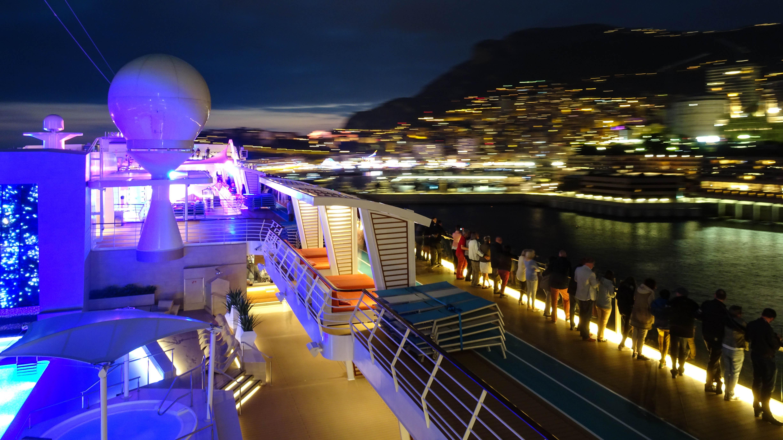 Abendstimmung beim Auslaufen in Monaco auf der Mein Schiff 5