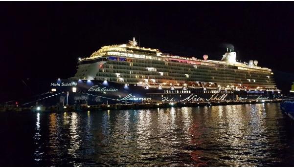Die Mein Schiff 4 in festlicher Beleuchtung auf Mittelamerika Kreuzfahrt
