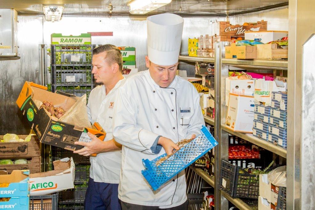 Mein Schiff Crew kontrolliert Lebensmittelabfälle