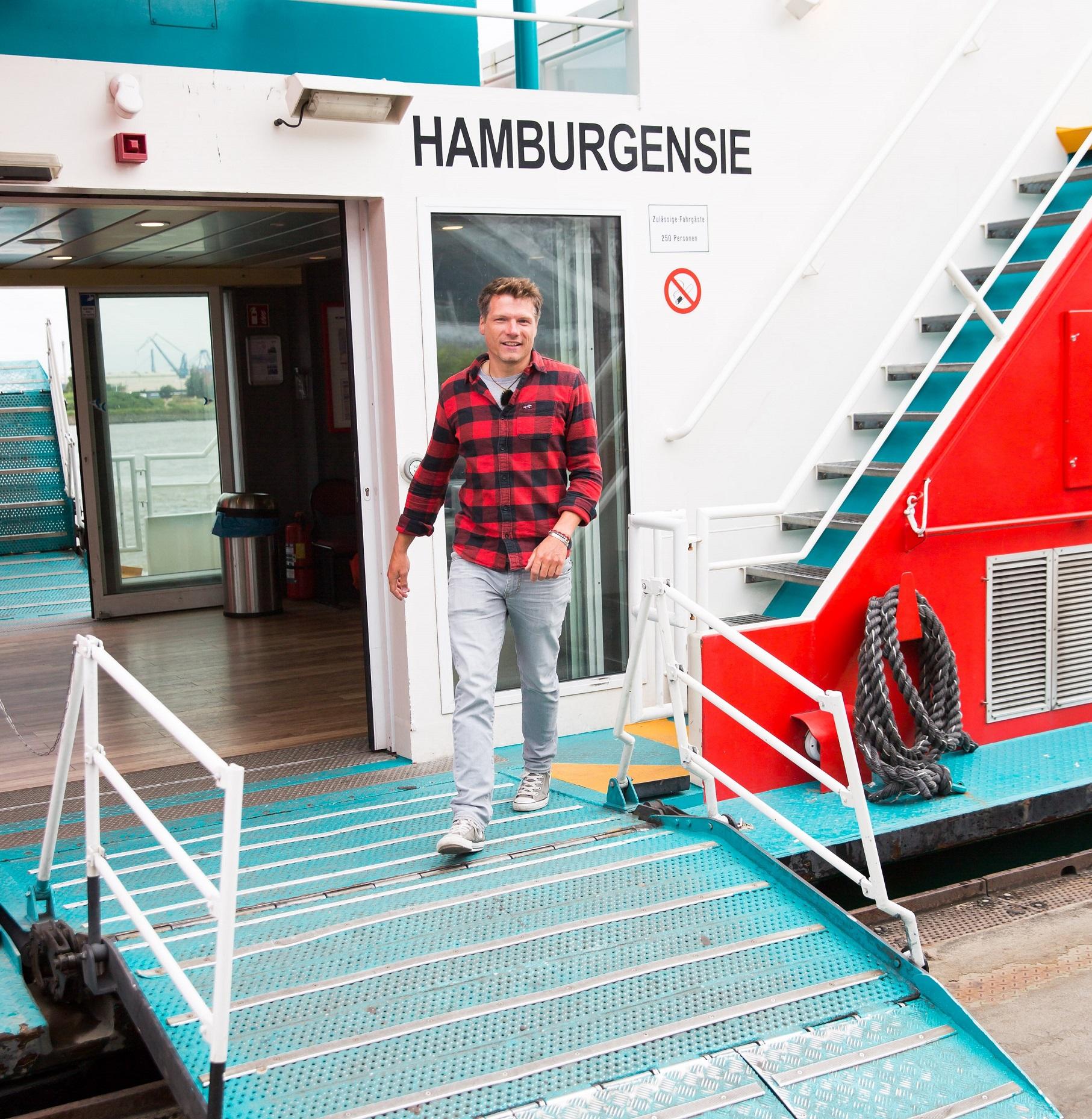 TUI Cruises Staff Captain Tobias Pietsch auf einer Hamburger Fähre