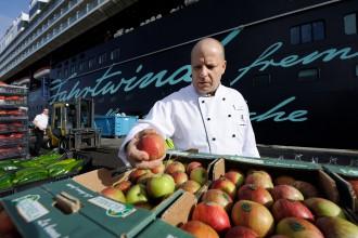 Alain Doenlen prüft die Ware beim Loading der Mein Schiff