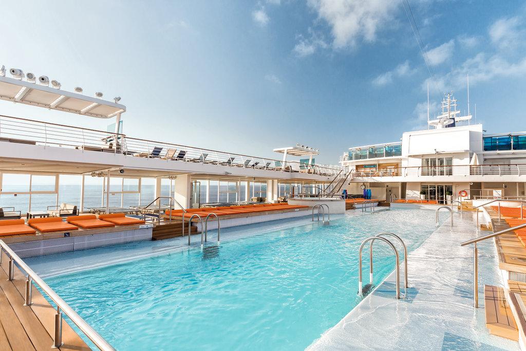 Sportliche Kreuzfahrt Ahoi: 25-Meter-Außenpool an Bord der Mein Schiff Flotte