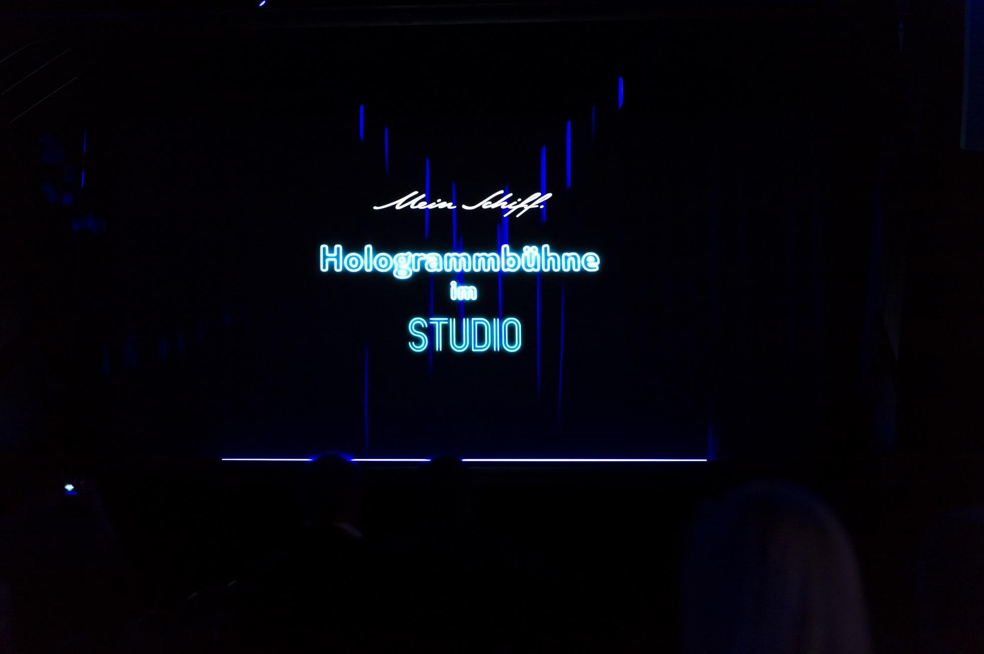 Das Studio auf der Mein Schiff 5 mit der Hologrambühne