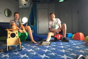 Kilian (14) und Jan (17) bei der Tobestunde mit den Mein Schiff Kids