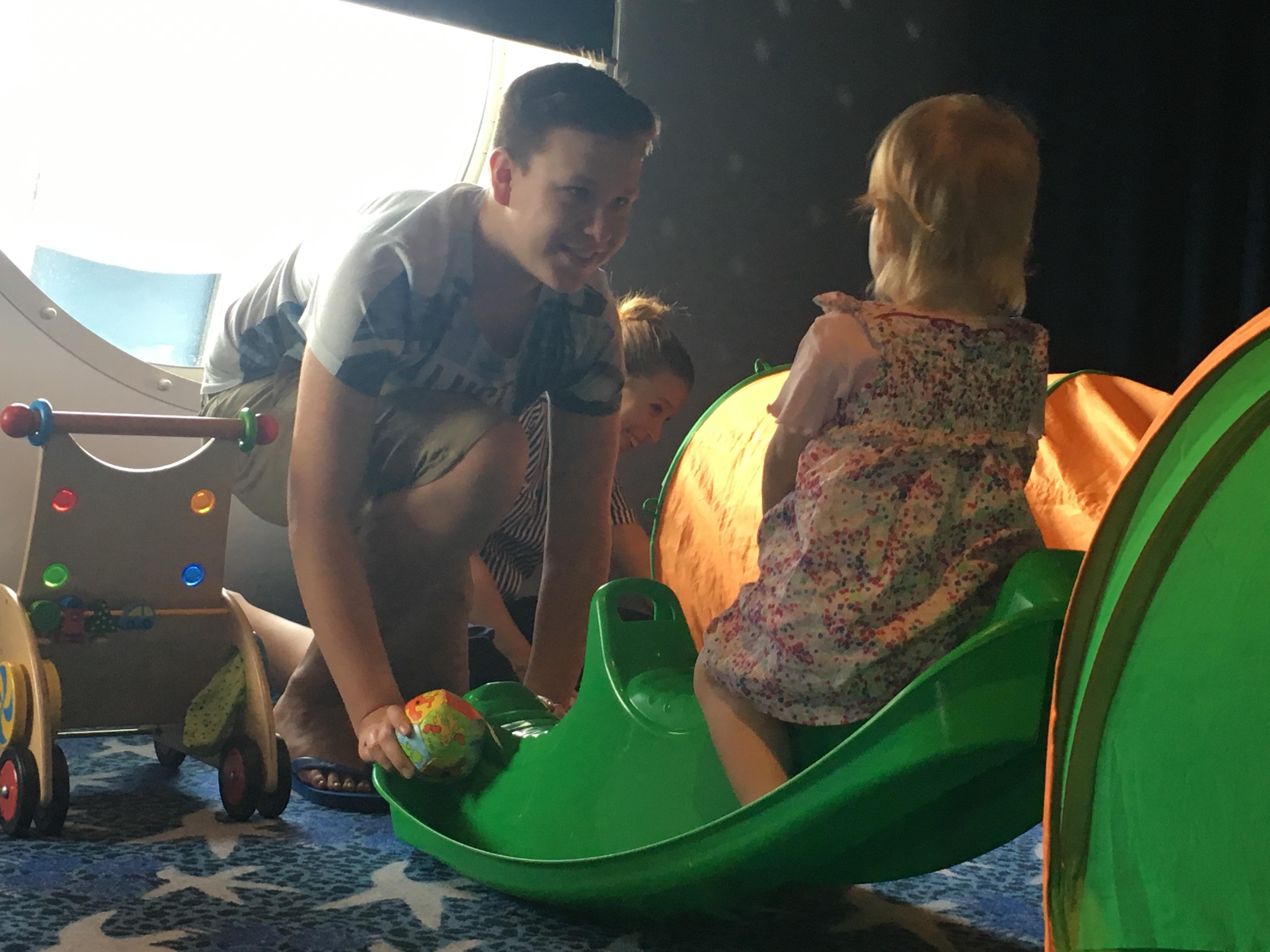 Mein Schiff Teen Kilian beim Wippen mit der kleinen Edda