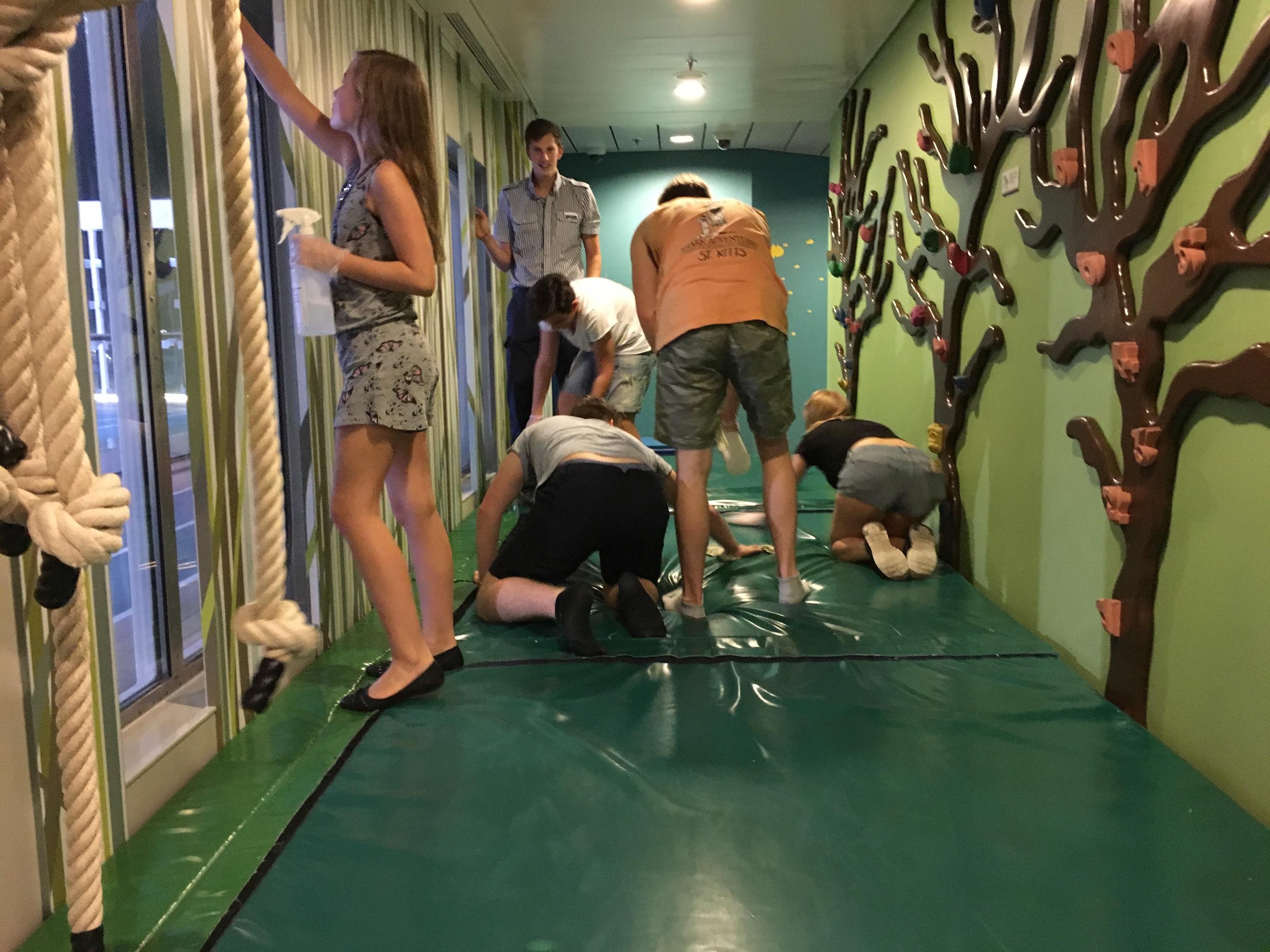 Mein Schiff Teens beim Putzen im Kids Club
