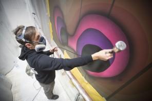Street Art Künstler 1010 bei der Arbeit auf der Mein Schiff 6
