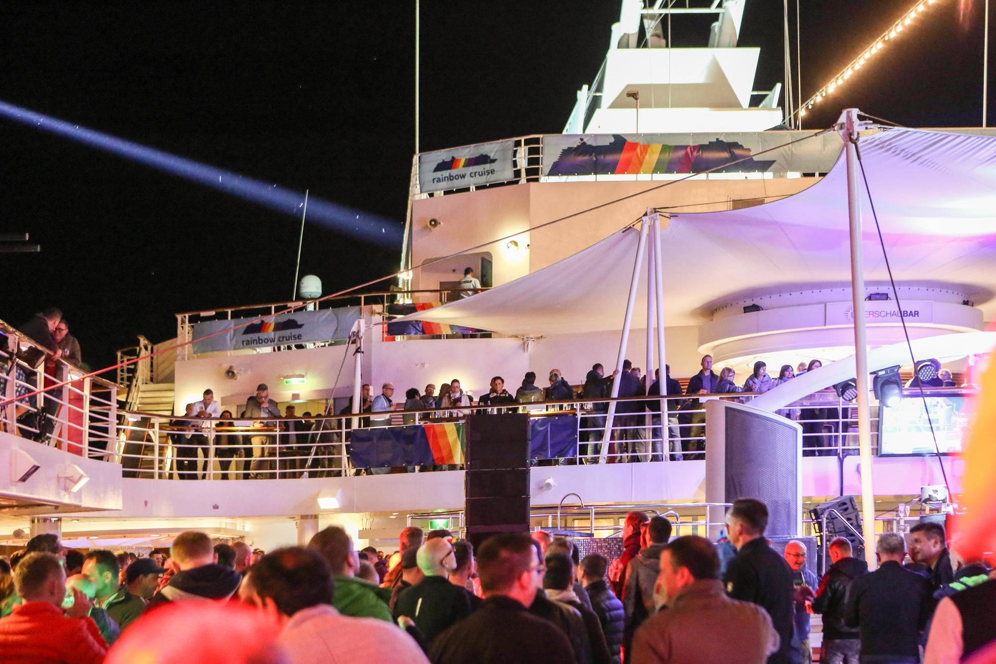 Volles Boot bei der Rainbow Cruise von TUI Cruises