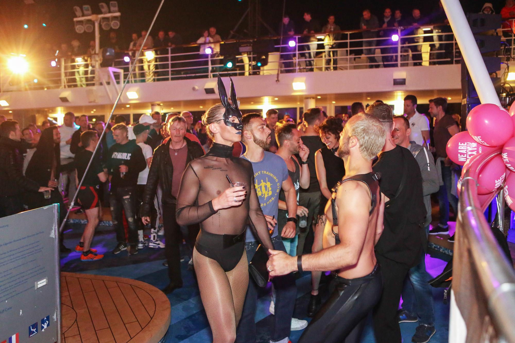 Es wird bunt gefeiert auf der Rainbow Cruise