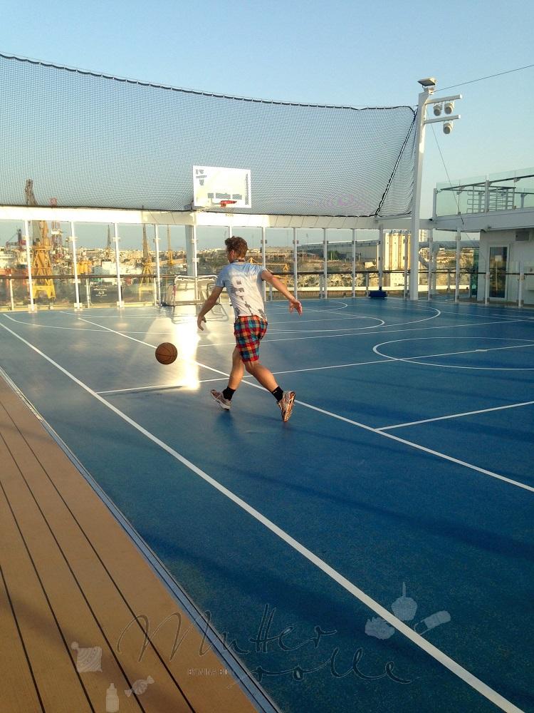 In der Arena auf der Mein Schiff 4 bringt das Fußballspielen Spass
