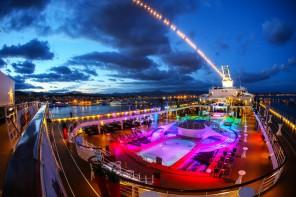 Bunt wie der Regenbogen: Das Pooldeck der Mein Schiff 2