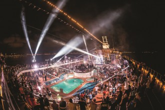 Die Opening Show der World Club Cruise
