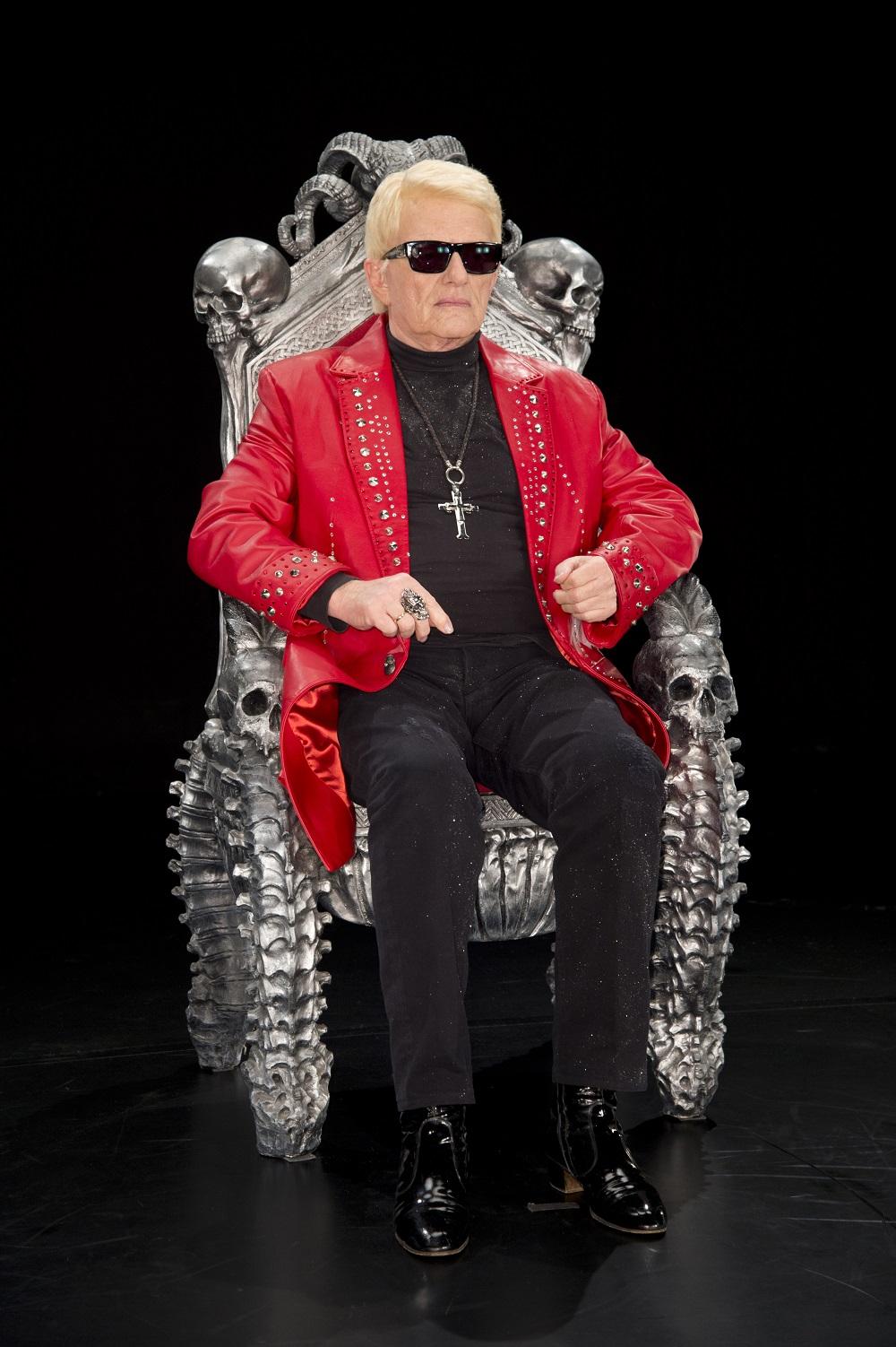 Heino posiert im Totenkopfstuhl für die Hologrammbühne der Mein Schiff 6 Foto: Agentur Schneider-Press/John Farr