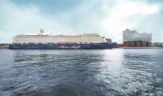 Die Mein Schiff 6 vor der Elbphilharmonie