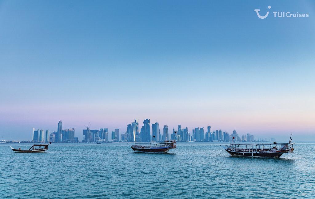 Blick auf die Mein Schiff Destination Doha im Morgengrauen
