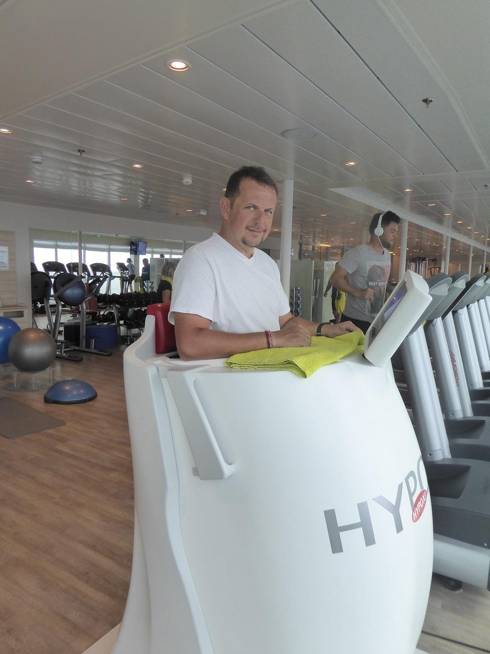 Mein Schiff Gastautor Maik Günter schwitzt im Fitnessstudio im Hypoxi (© Simon Traumann)