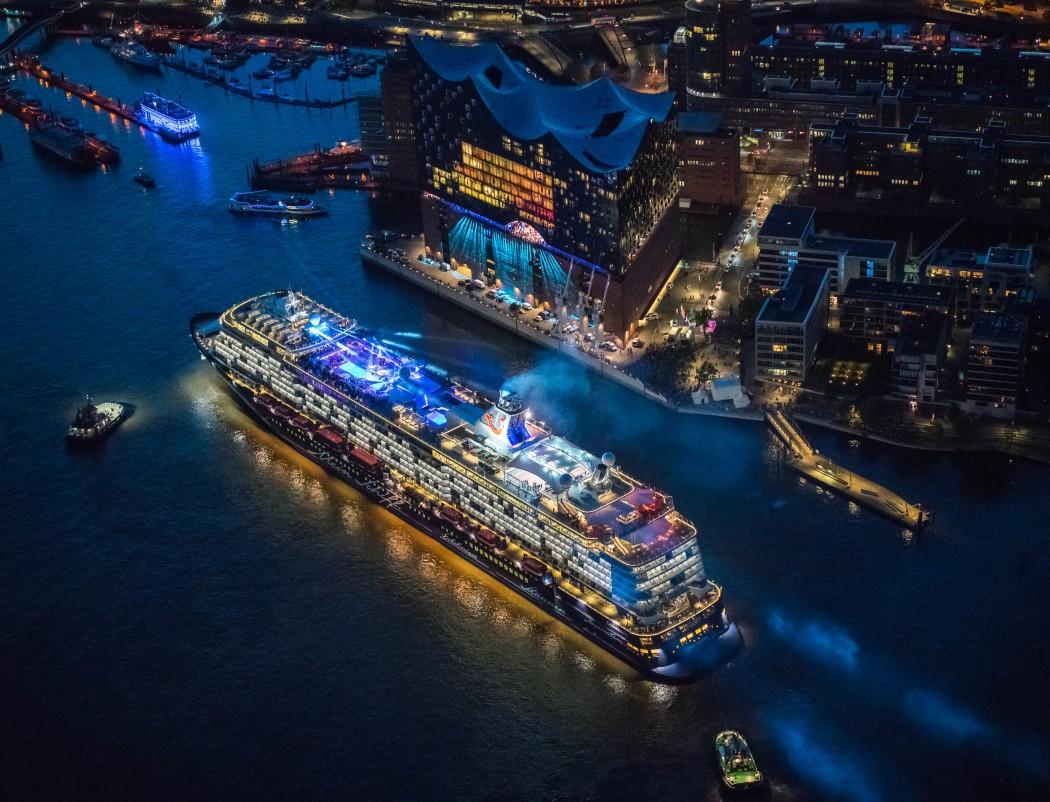 Die Mein Schiff 6 und die Elbphilharmonie von oben Foto: Andreas Vallbracht