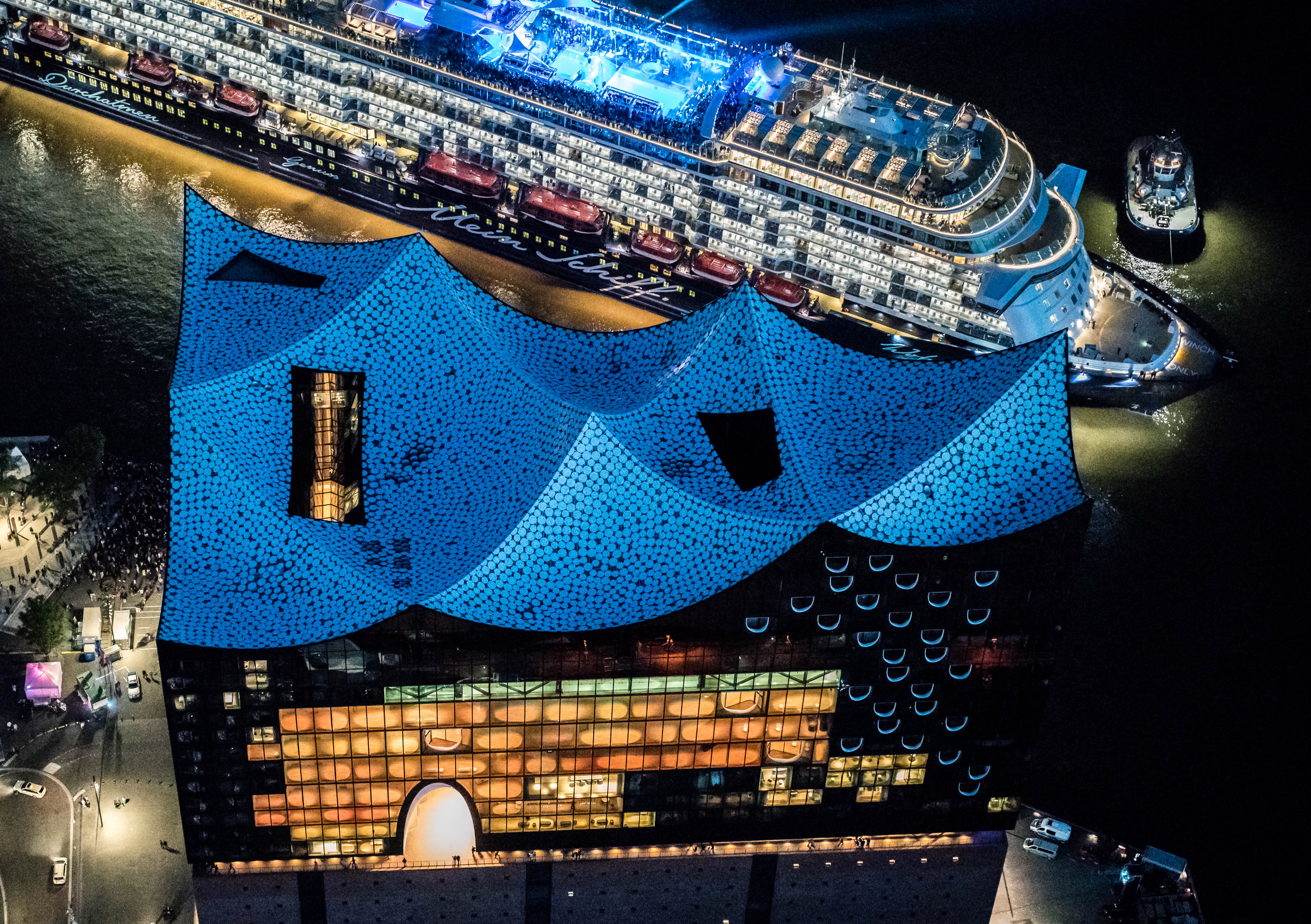 Mein Schiff 6 meets Elbphilharmonie Foto: Andreas Vallbracht