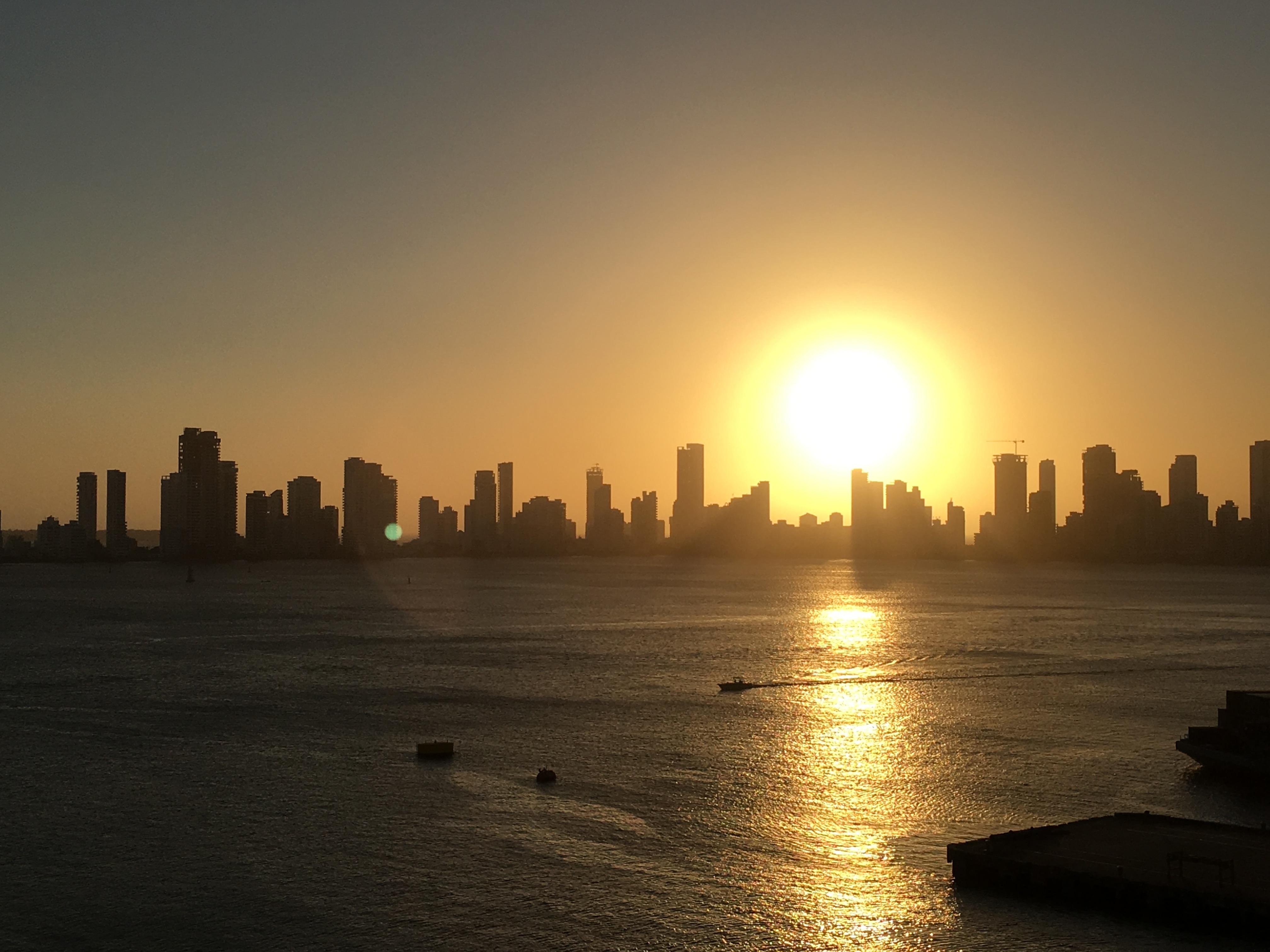 Sonnenuntergang über Cartagenas Skyline in Kolumbien