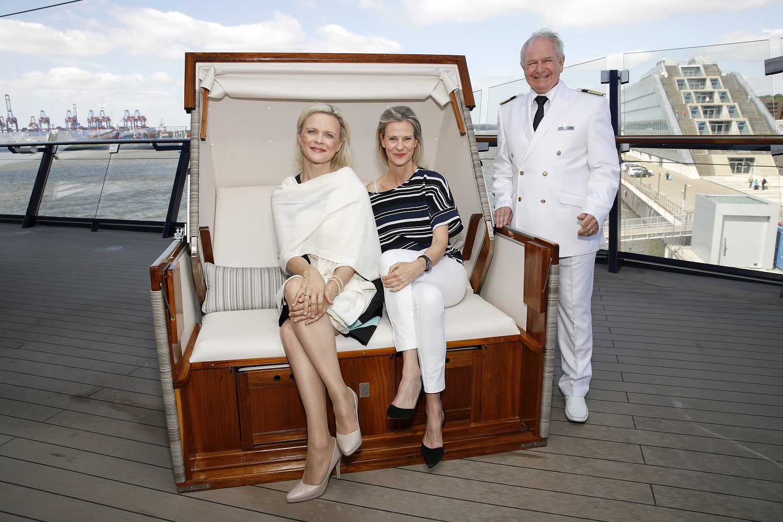 Tauftrio (v.l.n.r.): Taufpatin Iveta Apkalna, TUI Cruises CEO Wybcke Meier, Kapitän Kjell Holm Foto: Franziska Krug/Getty Images for TUI Cruises