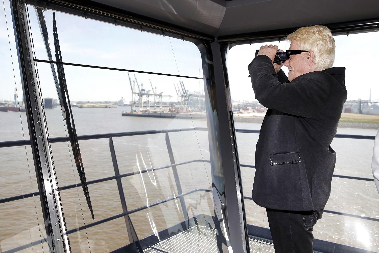 Gehört noch lange nicht zum alten Eisen: Sänger Heino auf der Brücke der Mein Schiff 6 (Photo by Franziska Krug/Getty Images for TUI Cruises)