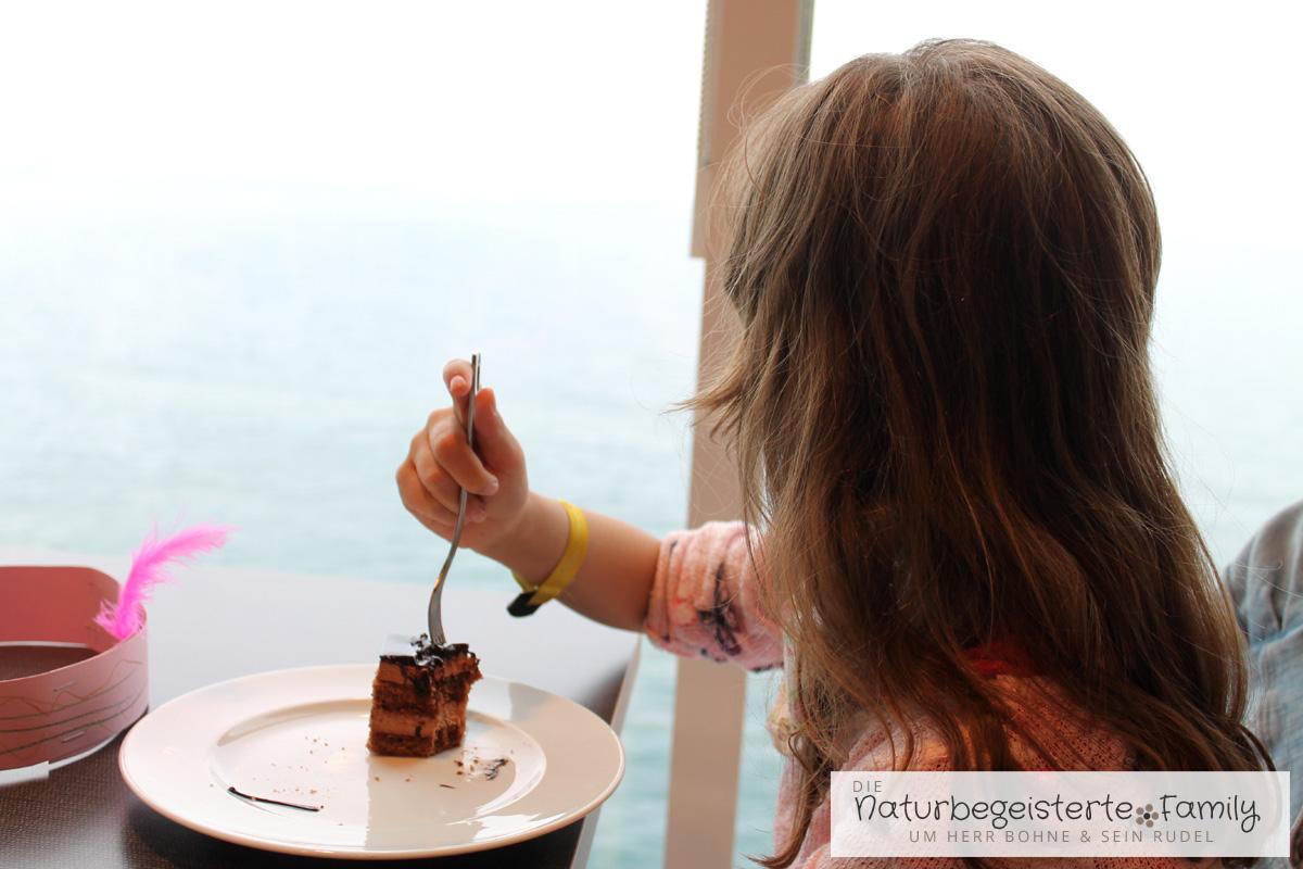 Ein Fensterplatz und Schokokuchen im Restaurant der Mein Schiff 6, so fühlt sich Mariechen am wohlsten.