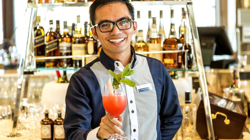 Er hat den Taufcocktail der Mein Schiff 6 kreiert: Barkeeper Van Irving Aladin