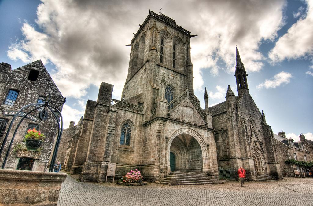 Auf Kreuzfahrt mit TUI Cruises entdecken: Kirche St. Ronan in Locronan