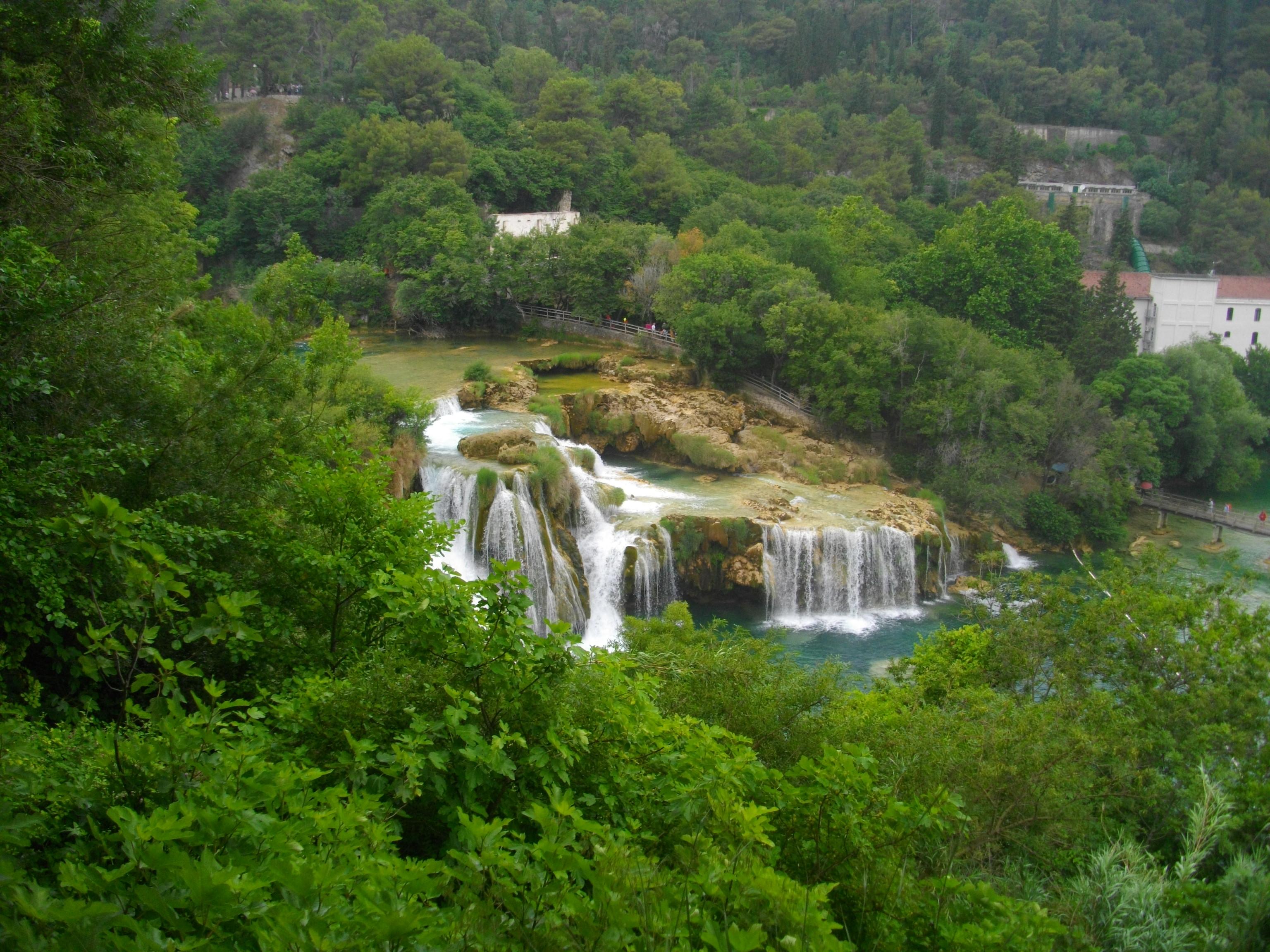 Der Fluss Krka: In Kaskaden und sieben größeren Wasserfällen ergießt sie sich ins Tal.