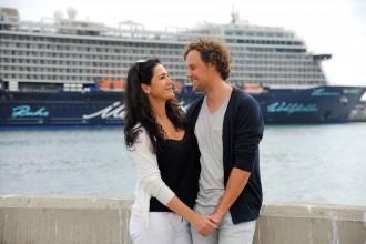 Mariella Ahrens und Freund Sebastian vor der Mein Schiff 5