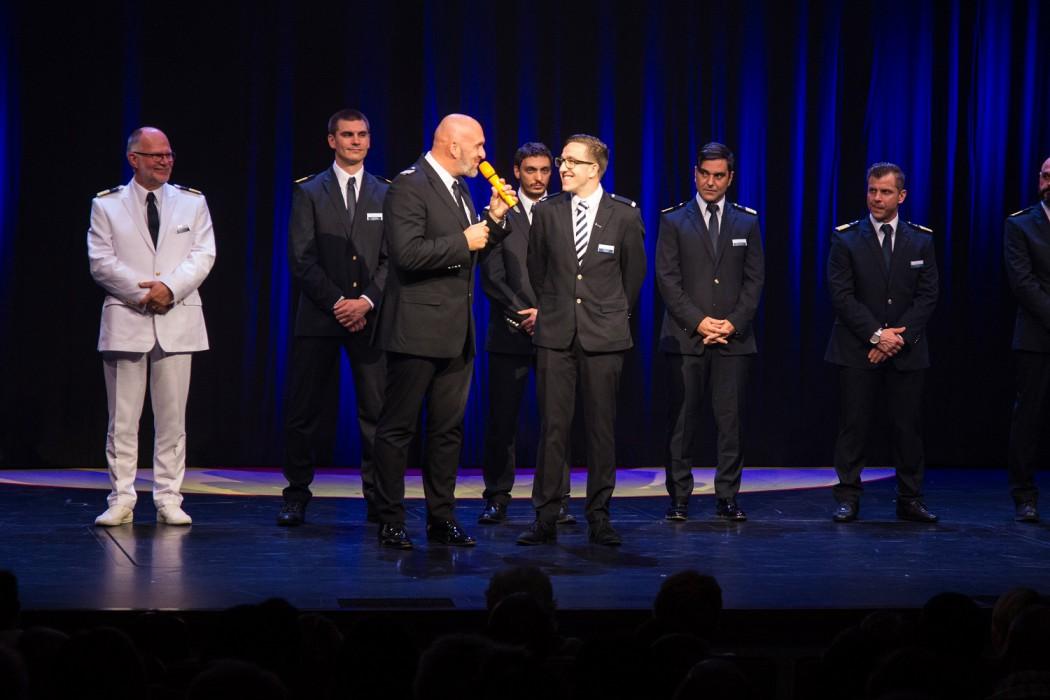 Ehre, wem Ehre gebührt: Mein Schiff Urlaubsheld Sascha Lulei auf der Bühne des Theaters
