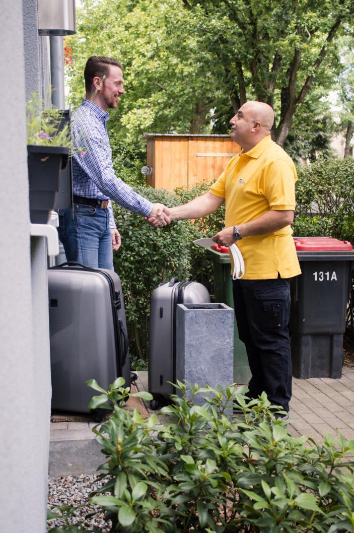 Der freundliche TEfra Fahrer holt ihr Gepäck zu Hause ab