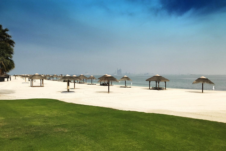 Al Maya Island mit schöner Hotelanlage und Blick auf die entfernte Skyline von Abu Dhabi