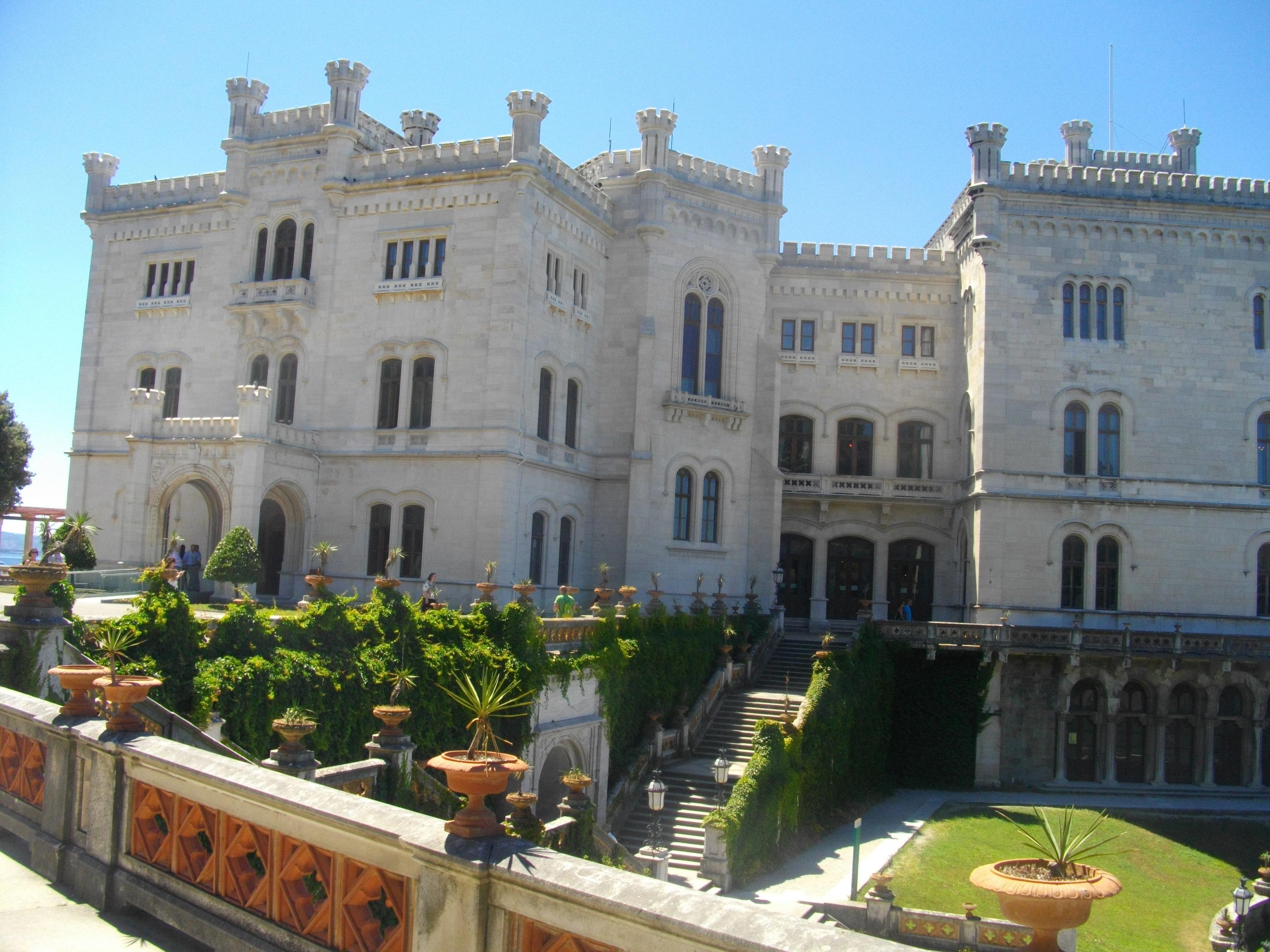 Blick auf das Castello di Miramare in Triest