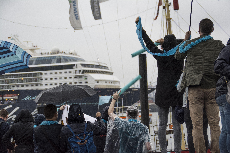 TUI Cruises Mitarbeiter winken der Mein Schiff 1 in Hamburg zum Abschied