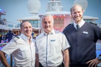 Mein Schiff Urlaubsheld Erol Sentürk mit dem General Manager und dem Kapitän