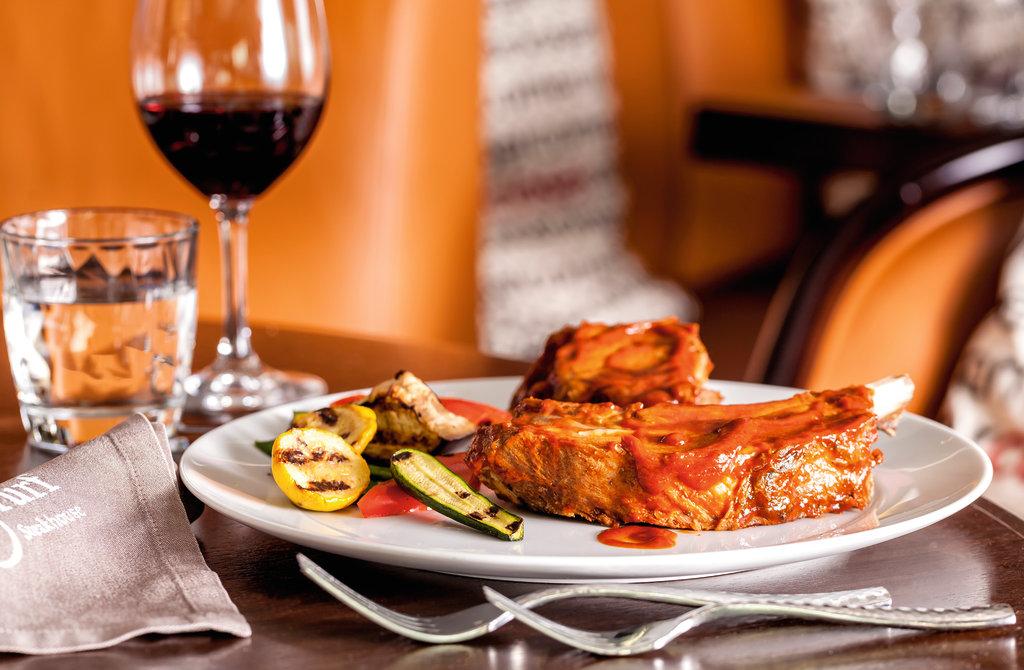 Leckere Schweinerippchen vom Kleeschwein im Restaurant Surf & Turf der Mein Schiff Flotte