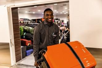 An Bord wird das Gepäck vom Housekeeping zu den Kabinen gebracht