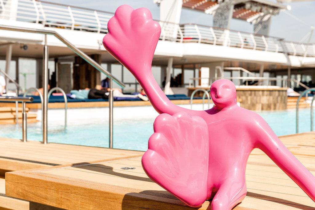 Kunstwerke am Pool der Mein Schiff Flotte